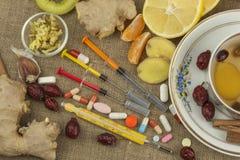 Tratamiento de la gripe y de los fríos Medicina tradicional y métodos de tratamiento modernos Tratamiento nacional de la enfermed Fotos de archivo