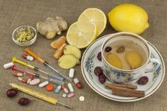 Tratamiento de la gripe y de los fríos Medicina tradicional y métodos de tratamiento modernos Tratamiento nacional de la enfermed Imágenes de archivo libres de regalías