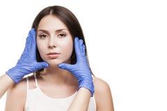 Tratamiento de la mujer del balneario Clínica de la dermatología del doctor Cosmetología, piel de la belleza fotografía de archivo libre de regalías