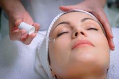 tratamiento de la piel de la Anti-arruga en el salón de belleza Foto de archivo libre de regalías