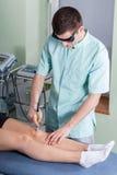 Tratamiento de la rodilla Foto de archivo libre de regalías