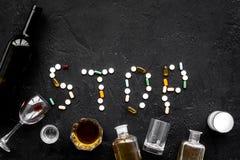 Tratamiento del alcoholismo Vidrios, botellas y píldoras Redacte la parada alineada con las píldoras en espacio negro de la copia Imagen de archivo libre de regalías