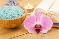 Tratamiento del balneario con la flor, las toallas y la sal rosadas del mar Foto de archivo libre de regalías