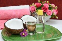 Tratamiento del balneario del masaje del aceite de coco Fotos de archivo