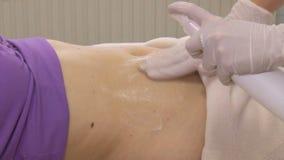 Tratamiento del cuerpo de la mujer en el centro médico del balneario almacen de metraje de vídeo