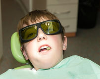 Tratamiento del laser en oficina dental foto de archivo