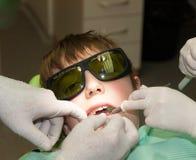 Tratamiento del laser en oficina dental fotografía de archivo