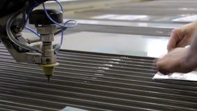 Tratamiento del metal con agua El trabajo de la gente, manos visibles de especialistas almacen de metraje de vídeo