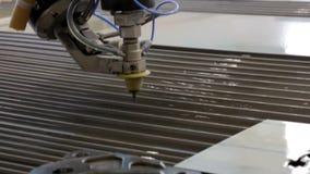 Tratamiento del metal con agua El trabajo de la gente, manos visibles de especialistas metrajes