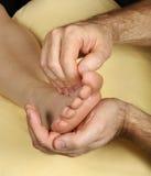 Tratamiento del pie de Reflexology del masaje Imagen de archivo libre de regalías