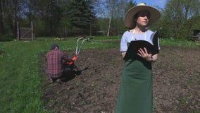 Tratamiento del suelo de los planes de los jardineros metrajes