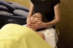 Tratamiento facial con drenaje de la linfa Fotografía de archivo libre de regalías