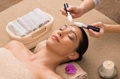 Tratamiento facial con la crema hidratante fotografía de archivo libre de regalías