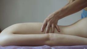 Tratamiento femenino del masaje en el salón Relajación 4K almacen de video