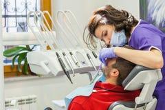 Tratamiento médico en la clínica dental Fotografía de archivo