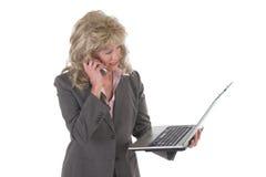Tratamiento o de la mujer de negocios con el teléfono celular y la computadora portátil 3 Fotografía de archivo