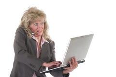 Tratamiento o de la mujer de negocios con el teléfono celular y la computadora portátil 4 Fotografía de archivo libre de regalías