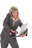 Tratamiento o de la mujer de negocios con el teléfono celular y la computadora portátil 5 Foto de archivo libre de regalías