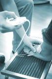 Tratamiento paciente de la fisioterapia de la pierna del tobillo del pie Foto de archivo libre de regalías