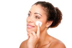 Tratamiento poner crema facial de la belleza Foto de archivo libre de regalías
