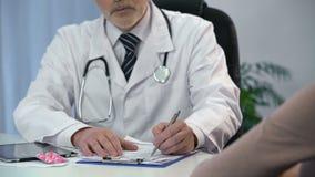 Tratamiento que prescribe del médico de cabecera y píldoras del donante al paciente, atención sanitaria almacen de video