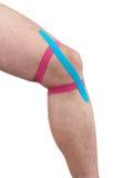 Tratamiento terapéutico de la rodilla con la cinta del tex del kinesio. Foto de archivo libre de regalías