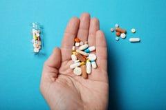 Tratamiento y concepto de la farmacia P?ldoras y drogas de la sobredosis fotos de archivo
