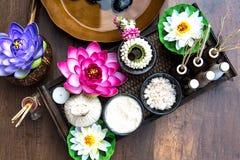 Tratamiento y masaje tailandeses del balneario con la flor de loto Tailandia fotos de archivo libres de regalías