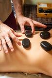 Tratamientos de la belleza, mujer que se relaja en un balneario de la salud mientras que teniendo un tratamiento y un masaje de p fotografía de archivo libre de regalías
