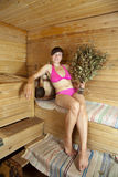 Tratan con vapor a la muchacha en la sauna Fotografía de archivo