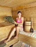Tratan con vapor a la muchacha en la sauna Imagen de archivo