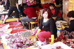 Tratante femenino que vende los mariscos en el 8vo mercado Foto de archivo libre de regalías