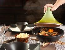Tratar el alimento del tajine con vapor Foto de archivo libre de regalías