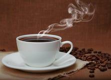 Tratar el café con vapor Fotos de archivo libres de regalías