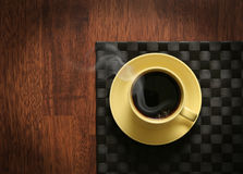 Tratar el café con vapor caliente Foto de archivo libre de regalías
