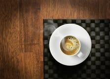 Tratar el café express con vapor caliente Foto de archivo libre de regalías