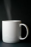 Tratar la taza con vapor blanca Imagen de archivo