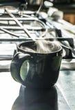 Tratar la taza con vapor de café fotos de archivo libres de regalías
