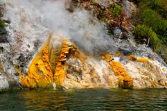 Tratar los acantilados con vapor (acantilados de Donne), lago Rotomahana, W Imágenes de archivo libres de regalías