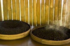 Tratar los granos de café con vapor asados Imagen de archivo libre de regalías