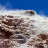 Tratar Mammoth Hot Springs con vapor en Yellowstone NP Fotografía de archivo libre de regalías