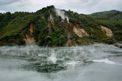 Tratar rocas de la catedral con vapor, valle volcánico de Waimangu Fotografía de archivo libre de regalías