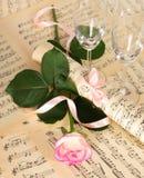 Trate color de rosa con suavidad adornada con la cinta y las copas de vino Imagen de archivo
