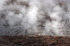 Trate el levantamiento con vapor a partir del resorte caliente, campo del géiser, Chile Fotos de archivo libres de regalías