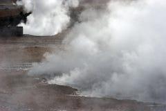 Trate el levantamiento con vapor a partir del resorte caliente, valle del géiser, Chile Fotos de archivo