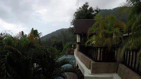 Trate la lluvia con suavidad relajante en Phuket, Tailandia, en una residencia de la selva metrajes