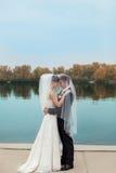 Trate la novia y al novio del abrazo con suavidad fotografía de archivo