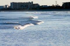 Trate la onda con suavidad Imagenes de archivo