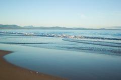 Trate las ondas con suavidad en la playa Imagen de archivo libre de regalías