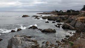 Trate las ondas con suavidad en Rocky Beach Monterey California metrajes